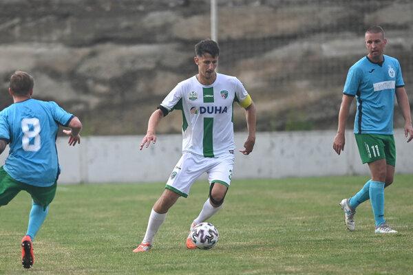 Martin Luberda (v strede) v stretnutí s FK Sobranecko.