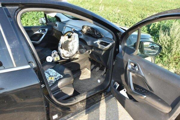 Polícia našla odstavené auto pri poli, vodiča vypátral pes.