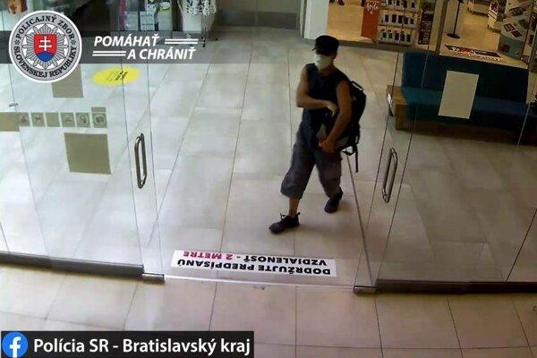 Policajti tretieho bratislavského okresu objasňujú prípad lúpežného prepadnutia jednej z bánk v nákupnom centre na Vajnorskej ulici v hlavnom meste. Doposiaľ neznámy páchateľ (na snímke) si mal z banky začiatkom júla odniesť 6000 eur.