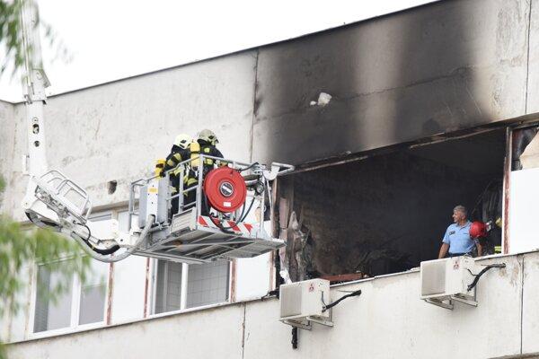 Hasiči zasahujú pri požiari v priestoroch laboratórií a skladu na Strednej odbornej škole elektrotechnickej v Trnave.