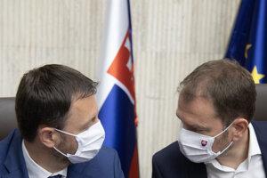 Minister financií Heger s premiérom Igorom Matovičom počas rokovania vlády.