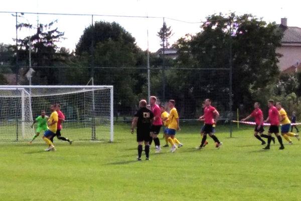 Nevidzany (v žlto-modrých dresoch) porazili Kolárovo a už sú v treťom kole pohára.