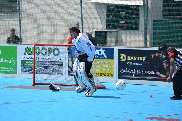Ondrej Švaňa po vychytanom nájazde v druhom finálovom zápase proti Spišskej Belej, ktorým zabezpečil svojmu mužstvu majstrovský titul.