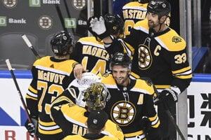 Hokejisti Bruins sa radujú z postupu.