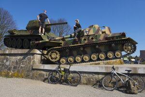 Sovietske tanky v Údolí smrti na Dukle.