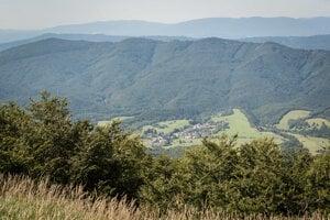Pohľad na obec Runina, Poloniny a Vihorlat (úplne vzadu) z vrchu Ďurkovec.
