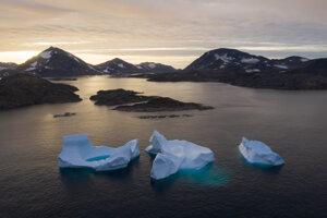 Ľadovce plávajú počas východu slnka neďaleko grónskeho Kulusuku. Grónsko prišlo v roku 2019 o rekordné množstvo ľadového príkrovu