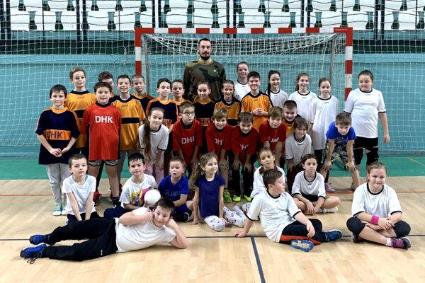 V drese UDHK Nitra už nastupujú na súťažné zápasy aj mladí hádzanári.
