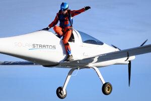 Švajčiarsky parašutista Raphaël Domjan sa pripravuje na zoskok počas skúšobného letu z lietadla poháňaného solárnymi panelmi 25. augusta 2020 vo švajčiarskom meste Payene.