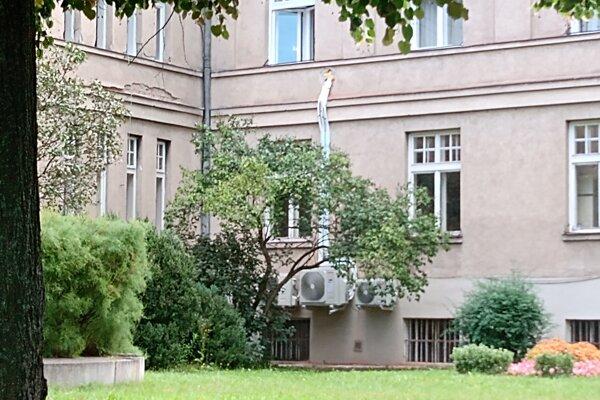Klimatizačné jednotky a vývod z interiéru sú umiestnené na vonkajšej fasáde v zadnej časti riaditeľského pavilónu.