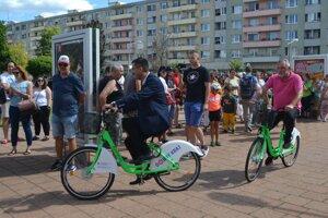 Prvá jazda na zdieľaných bicykloch.