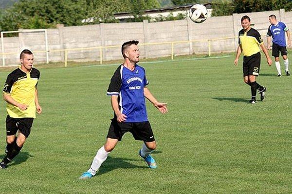 Z víťazstva 3:1 sa tešili domáci futbalisti (v modrom).
