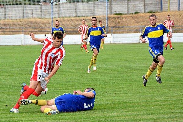 Vráble porazili Palárikovo 2:0. Vľavo v súboji Milan Španír a domáci Milan Fekiač. Vpravo v modrom Stanislav Husár.