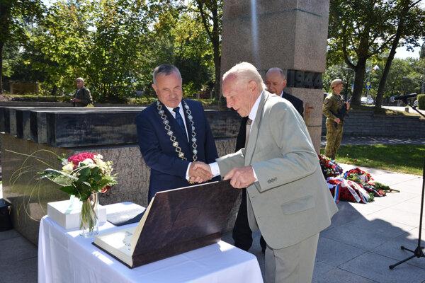 Čestné občianstvo mesta Martin udelené generálovi Žingorovi in memoriam symbolicky zrúk Jána Danka prevzal syn partizánskeho veliteľa Radomír Žingor.