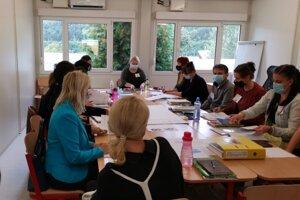 Pedagógovia v Richnave počas porady v stredu dopoludnia. Vo štvrtok do lavíc zasadnú prváci.