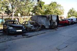 Na Košickej ulici v Komárne zhoreli tri autá, ďalšie je od tepla poškodené.