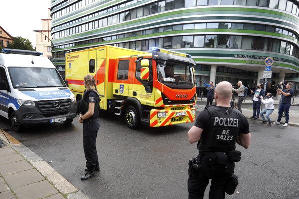 Na snímke sanitka, v ktorej by mal byť opozičný ruský politik Alexej Navaľnyj, prichádza do renomovanej nemocnice Charité v nemeckej metropole Berlín 22. augusta 2020. Disident, ktorý je v kóme po podozrení na otravu, bol sem prevezený z sibírskeho mesta Omsk.