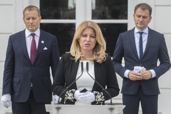 Prezidentka SR Zuzana Čaputová, vľavo predseda Národnej rady (NR) SR Boris Kollár (Sme rodina) a vpravo premiér SR Igor Matovič (OĽANO) počas brífingu po spoločných raňajkách v Prezidentskom paláci 4. septembra 2020.