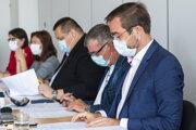 Na snímke sprava minister zdravotníctva SR Marek Krajčí, tajomník Pandemickej komisie vlády SR Anton Tencer a hlavný hygienik SR Ján Mikas počas zasadnutia Pandemickej komisie.