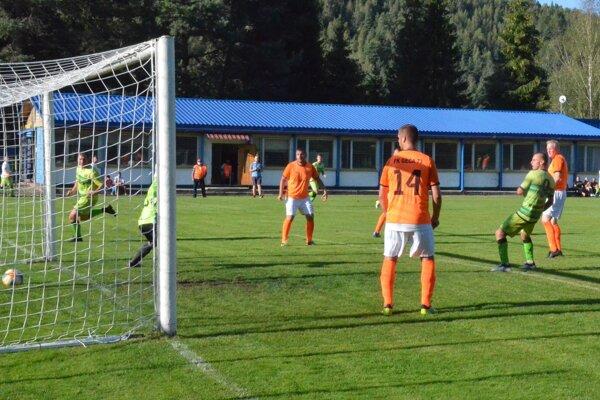Ústrednou postavou zápasu Rudňany – Geča bol domáci Kamil Zekucia (vpravo). Takto tretím gólom zvyšoval na priebežných 6:0.