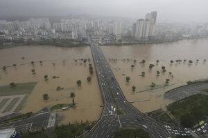 Zaplavené územie pri rieke Taehwa v dôsledku vyčíňania tajfúnu Haišen v juhokórejskom meste Ulsan 7. septembra 2020.