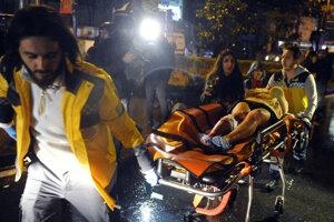 Záchranári prevážajú do nemocnice zraneného účastníka oslavy v istanbulskom klube, v ktorom atentátnik na prelome rokov 2016 a 2017 spáchal atentát.