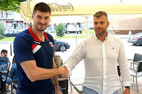 Peter Kašper (vľavo) si tľapol s riaditeľom nitrianskeho klubu Robertom Pullmanom.