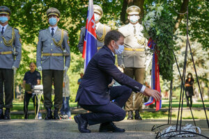 Predseda vlády Igor Matovič počas kladenia venca pri pietnej spomienke na obete holokaustu a rasového násilia v Seredi.