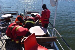 Záchrana cestujúcich počas cvičenia.
