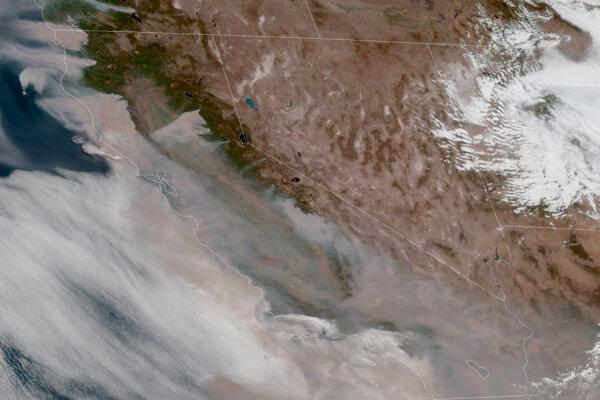 Satelitný záber ukazuje dym z lesných požiarov (v ľavej časti), ktorý vietor odfukuje smerom na západ od pohoria Sierra Nevada ku kalifornskému pobrežnému pásmu.