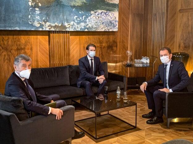 Zľava: Premiér Českej republiky Andrej Babiš, spolkový kancelár Rakúska Sebastian Kurz a premiér Slovenskej republiky Igor Matovič počas stretnutia predsedov vlád Slavkovského formátu v Rakúsku. Bratislava, 9. september 2020.