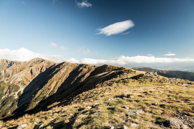 Pohľad z vrcholu Poľany na hrebeň Nízkych Tatier s vrchmi Dereše a Chopok