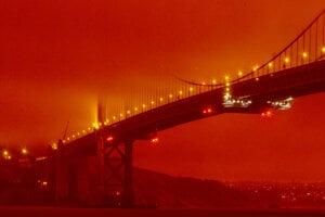 Most Golden Gate zahalený v dyme z požiarov.