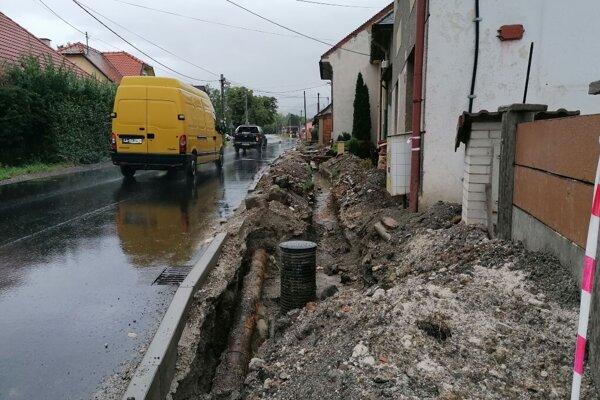 Majiteľ domu sa sťažuje na práce pri odvodnení cesty a chodníka.