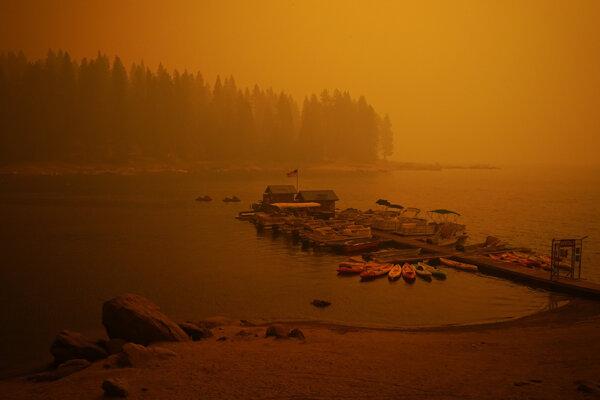 Oranžová obloha nad jazefom Shaver Lake v Kalifornii.