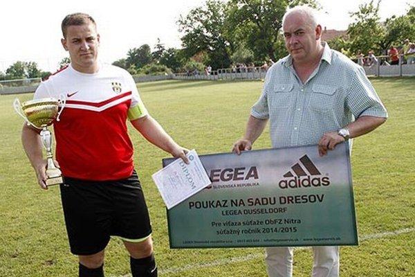 Kapitán Jakub Fruni prijal gratuláciu od šéfa ObFZ Nitra Štefana Kormana.