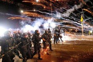 Polícia počas demonštrácie v Portlande.
