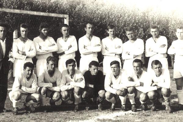 Majstrom okresu Levice sa vsezóne 1963/1964 stali hráči Hronských Kľačian.V tom ročníku hralo okresné súťaže až 58 tímov. Rekordná bola však sezóna 1974/75, kedy do súťaží nastúpilo až 71 tímov.