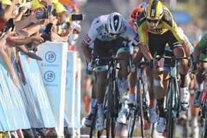Peter Sagan vráža do Wouta van Aerta vo finiši 11. etapy.