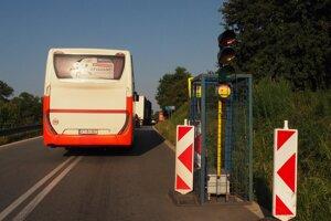 Autobus prímestskej autobusovej dopravy v kolóne medzi Prešovom a Hanušovcami nad Topľou.