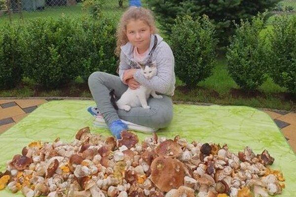 Terezka ide v otcových šľapajach. Pri poslednom úlovku si zapózovala s mačiatkom Betty.