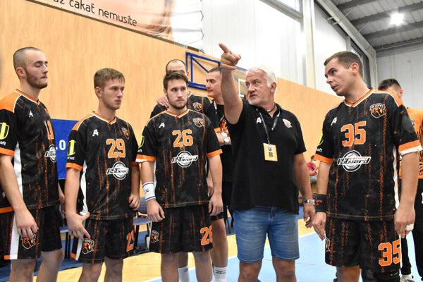 Tréner HK Košice Martin Lipták (druhý sprava) je z opatrení proti koroanvírusu rozčúlený.