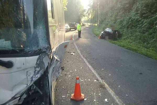 Zrážka autobusu s osobným autom v katastri Hriňovej.