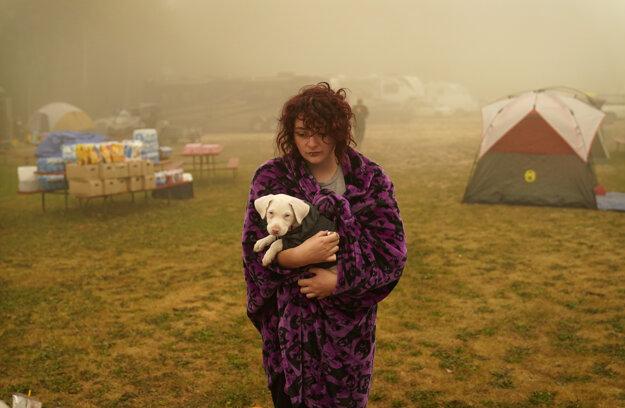 Desaťtisíce ľudí muselo opustiť svoje domovy.