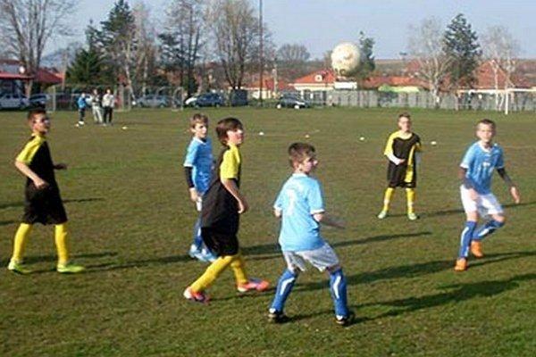 Liga benjamínkov sa bude hrať aj v šalianskom regióne. Ilustračná snímka je zo zápasu Janíkovce - V. Zálužie.