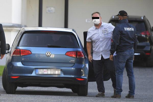 Daniel Béreš v sprievode polície.