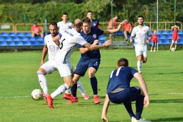 V košickom pohárovom derby uspeli hráči Slávie TU (v bielom). Domácu Lokomotívu zdolali 2:1.
