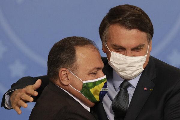 Brazílsky prezident Jair Bolsonaro a brazílsky minister zdravotníctva Eduardo Pazuello.