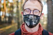 Nosenie rúška predstavuje pre ľudí s okuliarmi občas výzvu, pretože sa preň zahmlievajú sklá. Ak chcete zabrániť jej vzniku, môžete využiť nasledujúce tipy.