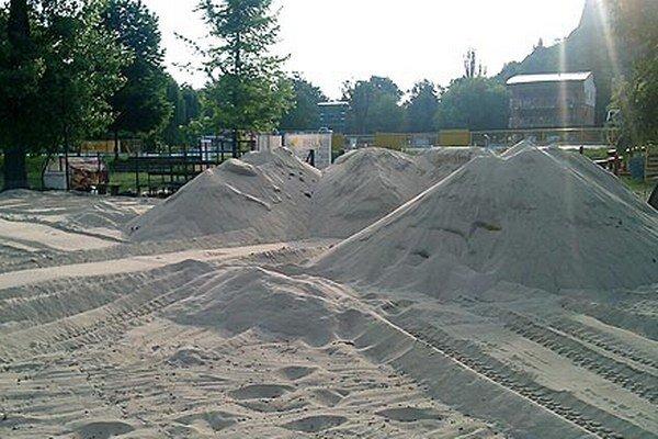 Po štyroch rokoch mesto opäť dopĺňa piesok na Nitrianskej pláži.